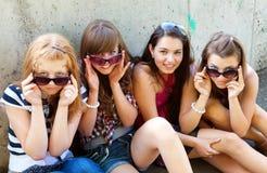 Groupe d'amis souriant à l'extérieur Photos libres de droits
