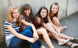 Groupe d'amis souriant à l'extérieur Photo libre de droits