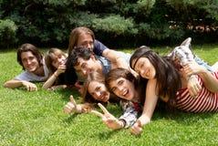 Groupe d'amis souriant à l'extérieur en stationnement Image libre de droits