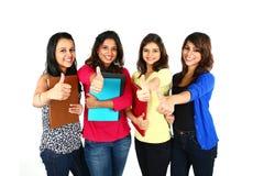 Groupe d'amis souriant avec le pouce  Photographie stock