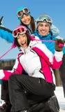 Groupe d'amis souriants de skieur Images stock