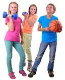 Groupe d'amis sportifs avec les dumbbeÐ'ls et la boule Photo stock