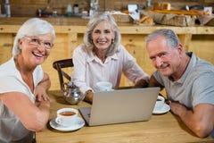 Groupe d'amis supérieurs à l'aide de l'ordinateur portable Image libre de droits