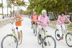 Groupe d'amis supérieurs ayant l'amusement sur le tour de bicyclette Photo libre de droits