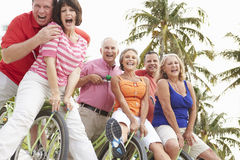 Groupe d'amis supérieurs ayant l'amusement sur le tour de bicyclette Image libre de droits