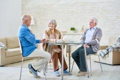 Groupe d'amis supérieurs dans la maison de retraite Photo stock