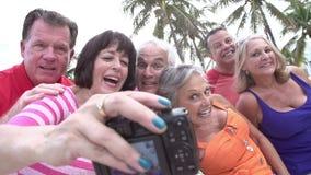 Groupe d'amis supérieurs prenant Selfie sur le tour de bicyclette clips vidéos