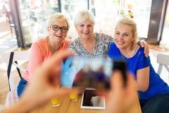 Groupe d'amis supérieurs prenant un selfie Photos stock