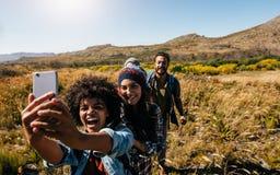 Groupe d'amis sur la hausse de pays prenant le selfie Images libres de droits