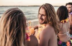 Groupe d'amis sur la plage Photo libre de droits