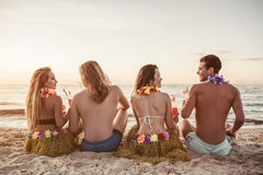 Groupe d'amis sur la plage Photo stock