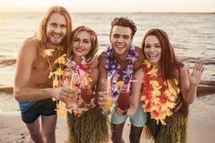 Groupe d'amis sur la plage Photos libres de droits