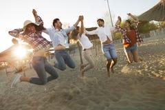 Groupe d'amis sur la plage ayant l'amusement Photo stock