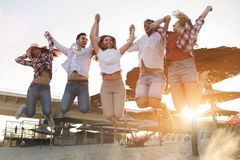 Groupe d'amis sur la plage ayant l'amusement Image stock