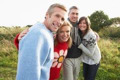 Groupe d'amis sur la promenade dans la campagne d'automne Photo libre de droits