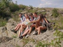 Groupe d'amis sur la promenade par la campagne ensemble Photographie stock