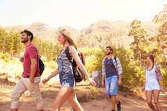 Groupe d'amis sur la promenade par la campagne ensemble Photo libre de droits