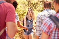 Groupe d'amis sur la promenade par la campagne ensemble Images stock