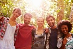 Groupe d'amis sur la promenade par la campagne ensemble Photographie stock libre de droits