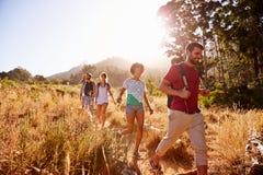 Groupe d'amis sur la promenade par la campagne ensemble Image stock