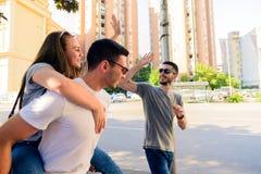 Groupe d'amis sur la promenade par le CityTogether Photos libres de droits