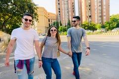 Groupe d'amis sur la promenade par le CityTogether Images libres de droits