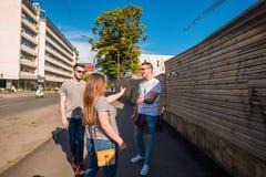 Groupe d'amis sur la promenade par le CityTogether Photo stock