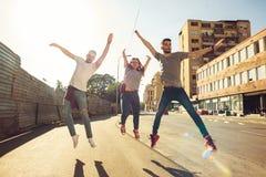 Groupe d'amis sur la promenade par le CityTogether Photos stock
