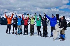 Groupe d'amis tenant des mains en montagnes Photos libres de droits