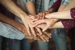 Groupe d'amis tenant des mains ensemble Photo libre de droits