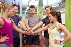 Groupe d'amis tenant des mains ensemble dans le gymnase Photographie stock libre de droits