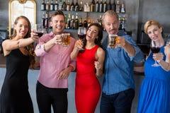 Groupe d'amis tenant des verres de bière et de vin Image stock