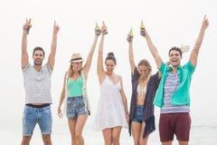 Groupe d'amis tenant la bouteille à bière Image stock