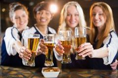 Groupe d'amis tenant le verre de bière en partie Photographie stock libre de droits