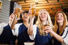 Groupe d'amis tenant le verre de bière en partie Photo libre de droits