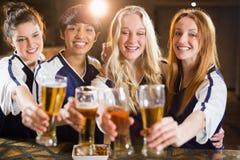 Groupe d'amis tenant le verre de bière en partie Photos stock