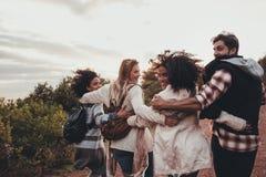 Groupe d'amis trimardant des vacances Photos stock