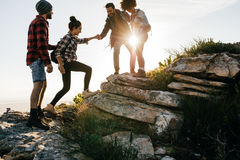 Groupe d'amis trimardant en montagne Photo stock