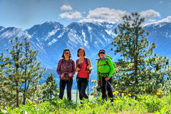 Groupe d'amis trimardant en montagnes Photo stock