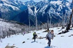 Groupe d'amis trimardant en montagnes Image libre de droits