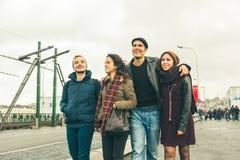 Groupe d'amis turcs marchant à Istanbul Photos libres de droits