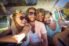 Groupe d'amis voyageant dans campervan Image stock