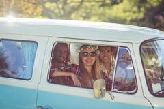 Groupe d'amis voyageant dans campervan Image libre de droits
