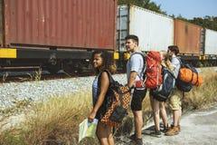Groupe d'amis voyageant ensemble Photographie stock