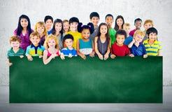 Groupe d'amitié de diversité de concept de tableau noir d'éducation d'enfants Images libres de droits