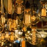 Groupe d'ampoules électriques de vintage avec le filament incandescent photographie stock libre de droits
