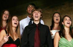 Groupe d'années de l'adolescence chantant dans le choeur Photo stock