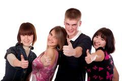 Groupe d'années de l'adolescence heureuses affichant NORMALEMENT Image libre de droits