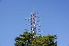 Groupe d'antennes sur la tour sur la colline Images stock
