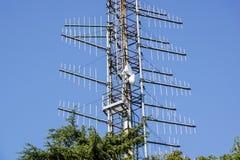 Groupe d'antennes sur la tour sur la colline Photographie stock libre de droits
